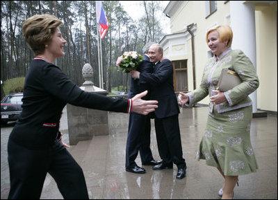 President George W. Bush and Russia President Vladimir Putin embrace ...