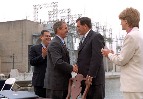 President George Bush shakes hands with Gov. Tom Ridge after signing two executive orders Friday, May 18, in Pennsylvania. Secretary of Energy Spencer Abraham and Secretary of the Interior Gale Norton are at left and right. WHITE HOUSE PHOTO BY ERIC DRAPER