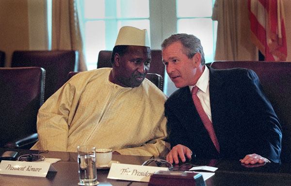 President George W. Bush talks with Mali President Alpha Konare during his meeting with African presidents in the Cabinet Room, Thursday, June 28, 2001. WHITE PHOTO BY ERIC DRAPER