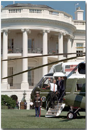 After a short press conference on the South Lawn, Presidents Bush and Fox board Marine One to visit Toledo, Ohio, Sept. 6. White House Photo by Paul Morse.