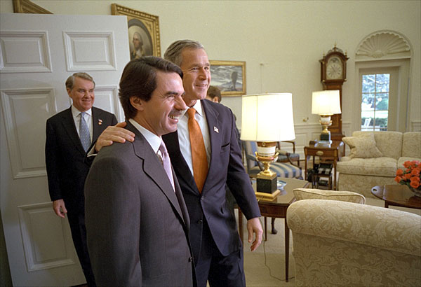 "President George W. Bush welcomes the President of Spain Jose Maria Aznar to the Oval Office Nov. 28. ""Recently, Spain has arrested al Qaeda members and has shared information about those al Qaeda members,"" said President Bush in his remarks to the media. ""And for that, Mr. President, the American people are very grateful."" White House photo by Eric Draper."