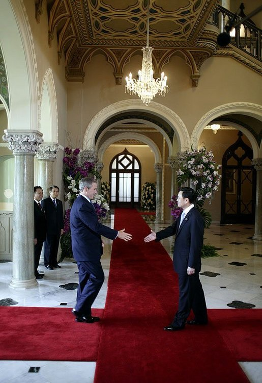 President George W. Bush is welcomed to the APEC summit by Thai Prime Minister Thaksin Shinawatra at the Government House in Bangkok, Thailand, Oct. 20, 2003. White House photo by Paul Morse