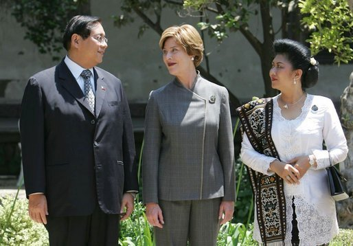 Laura Bush talks with Mr. Jose Miguel T. Arroyo of the Philippines and Mrs. Kristiani Herawati of Indonesia during a program for leaders' spouses in Santiago, Chile, Nov. 20, 2004.White House photo by Susan Sterner