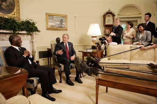 As the media looks on, President George W. Bush and South Africa's President Thabo Mbeki visit in the Oval Office Wednesday, June 1, 2005. White House photo by Eric Draper
