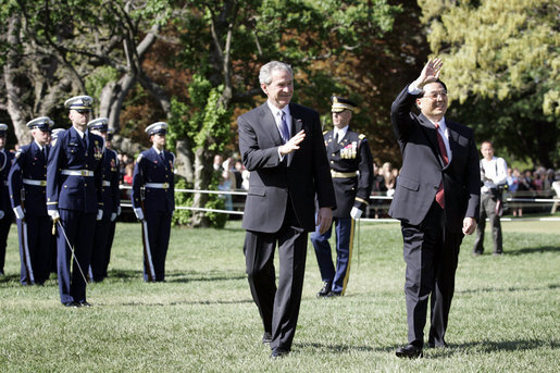 Presidents George W. Bush and Hu Jintao wave to guests gathered on the South Lawn of the White House to celebrate the arrival of the Chinese President, Thursday, April 20, 2006. White House photo by Eric Draper