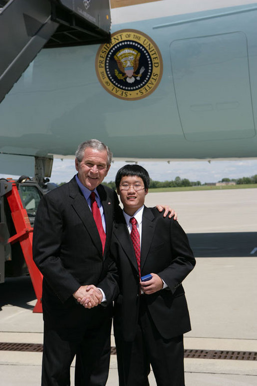 President George W. Bush meets with David Trinh, 17, of Cincinnati, Ohio, Friday, May 19, 2006 in Covington, Kentucky, recognized by the USA Freedom Corps for his volunteer work in his community. David Trinh is president and co-founder of The Bethany Group, a student volunteer organization. White House photo by Kimberlee Hewitt
