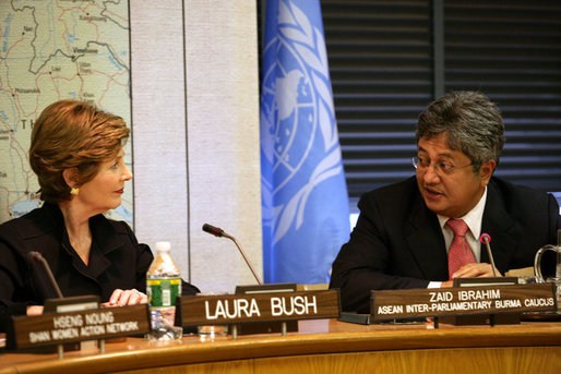 Mrs. Laura Bush listens to Zaid Ibrahim, Head of the ASEAN Inter-Parliamentary Burma Caucus, during a roundtable discussion at the United Nations about the humanitarian crisis facing Burma in New York City Tuesday, Sept. 19, 2006. White House photo by Shealah Craighead