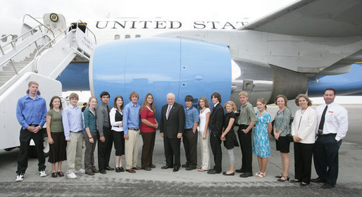 Vice President Dick Cheney stands in front of Air Force Two with students and faculty of the Dean Morgan Leadership Program from Dean Morgan Junior High School, Monday, October 2, 2006 at Natrona County International Airport in Casper, Wyo. The Dean Morgan Leadership Program provides students with the opportunity to meet leaders in fields including business, the arts, medicine, volunteerism, government and military service. Earlier in the day the Vice President participated in a campaign fundraising event in Casper for Wyoming Congresswoman Barbara Cubin. White House photo by David Bohrer