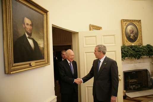 President George W. Bush welcomes Minister Mentor Lee Kuan Yew of.