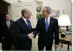 President George W. Bush welcomes Israeli Prime Minister Ehud Olmert to the White House for a meeting Monday, Nov. 13, 2006.  White House photo by Eric Draper