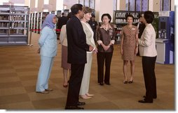 Mrs. Laura Bush visits the National Library Building in Singapore Thursday, Nov. 16, 2006, where she was briefed on the Lee Kong Chian Reference Library and viewed the Singapore and Southeast Asia Collections and rare book display.  White House photo by Shealah Craighead