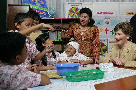 Mrs. Laura Bush talks with students at Papandaya Public Elementary School in Bogor Palace, Indonesia, Monday, Nov. 20, 2006. White House photo by Shealah Craighead