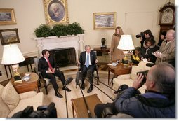 President George W. Bush talks with members of the media during his meeting with Panama's President Martin Torrijos in the Oval Office, Friday, Feb. 16, 2007.  White House photo by Eric Draper