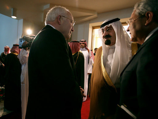 Vice President Dick Cheney is welcomed by King Abdullah of Saudi Arabia, Saturday, May 12, 2007, for a meeting and dinner at Fahd ibn Sultan Palace in Tabuk, Saudi Arabia. White House photo by David Bohrer
