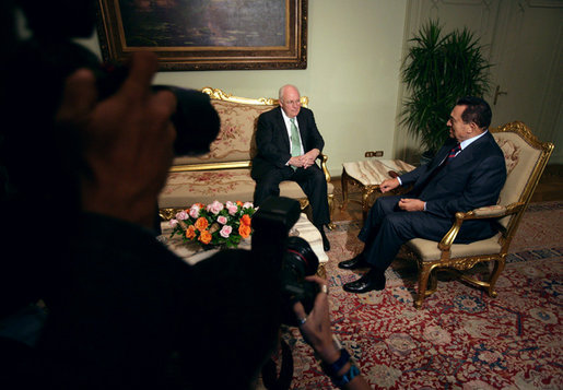 Vice President Dick Cheney talks with President Hosni Mubarak of Egypt Sunday, May 13, 2007, at the Presidential Palace in Cairo. White House photo by David Bohrer