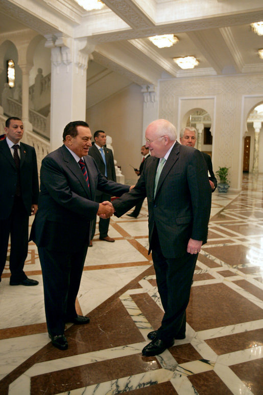 Vice President Dick Cheney shakes hands with Egyptian President Hosni Mubarak Sunday, May 13, 2007, following a meeting and private lunch at the Presidential Palace in Cairo. White House photo by David Bohrer