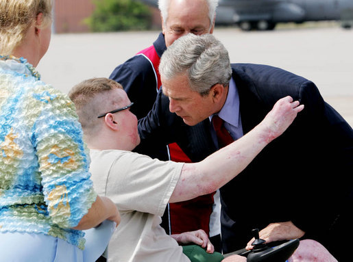 President George W. Bush embraces Army National Guard Sgt. James Kevin Downs of Kingston Springs, Tenn., on his arrival Thursday, July 19, 2007 to Nashville International Airport. President Bush first met Sgt. Downs, seen with his parents, at the Brooke Army Medical Center in January 2006, where Downs was recovering from severe injuries caused during a bomb and rocket attack in Iraq in August 2005. White House photo by Chris Greenberg
