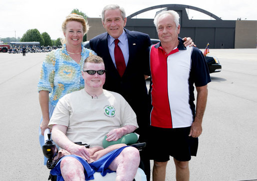 President George W. Bush poses for a photo with Army National Guard Sgt. James Kevin Downs and his parents Joe and Cathy Downs of Kingston Springs, Tenn., on his arrival Thursday, July 19, 2007 to Nashville International Airport. President Bush first met Sgt. Downs at the Brooke Army Medical Center in January 2006, where Downs was recovering from severe injuries caused during a bomb and rocket attack in Iraq in August 2005. White House photo by Chris Greenberg