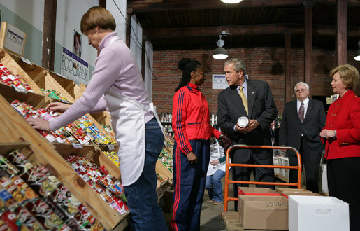 President George W. Bush talks with Linda Barnes, a volunteer, during his visit Monday, Nov. 19, 2007, to the Central Virginia Community Food Bank in Richmond, Va. With him, at right, are: Fay Lohr, Chief Executive Officer for the food bank, and Freedom Corps volunteer Paul Anderson. White House photo by Chris Greenberg