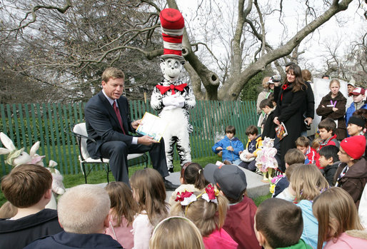 "Hall of Fame football player Troy Aikman reads ""One Fish, 2 Fish, Red Fish, Blue Fish"" for children at the reading nook at the 2008 White House Easter Egg Roll, Monday, March 24, 2008. White House photo by Chris Greenberg"