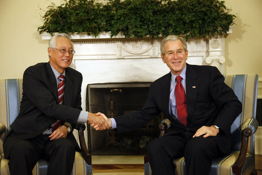 President George W. Bush shakes hands with Singapore's Senior Minister Goh Chok Tong Wednesday, April 9, 2008, in the Oval Office at the White House. White House photo by Eric Draper