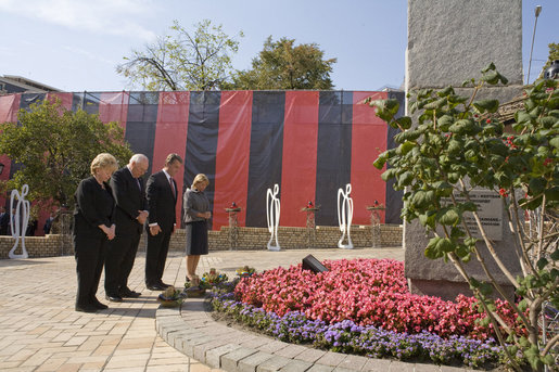 Vice President Dick Cheney is joined by Mrs. Lynne Cheney, President of Ukraine Viktor Yushchenko and Mrs. Kateryna Yushchenko in a moment of silence Friday, Sept. 5, 2008 at the Holodomor Memorial in Kyiv. White House photo by David Bohrer