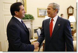 President George W. Bush welcomes Panama's President Martin Torrijos to the Oval Office Wednesday, Sept. 17, 2008, at the White House, where the two leaders discussed bilateral issues including the free trade agreement between Panama and the United States. White House photo by Eric Draper