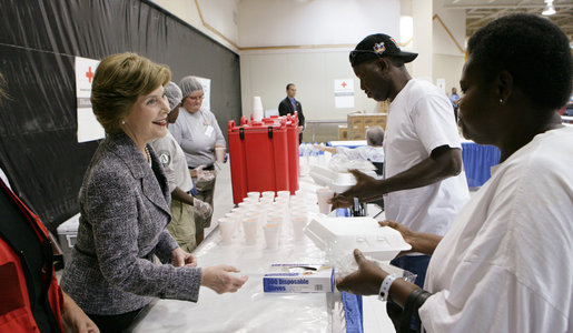 Mrs. Laura Bush hands out meals to evacuees Friday, Oct. 3, 2008, during her visit to the Auchan Red Cross Shelter in Houston for those individiuals and families who still need assistance as a result of Hurricane Ike. White House photo by Chris Greenberg