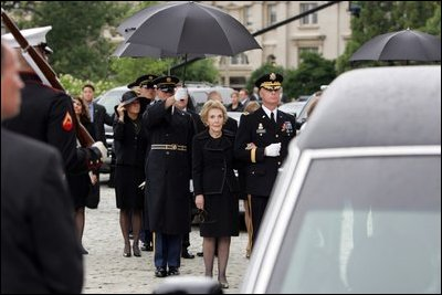 annual peace officers memorial service former first lady nancy reagan watches the casket of former president ronald reagan being loaded into